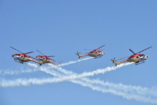 インドで航空ショー開幕、「花に彩られた航空機」も