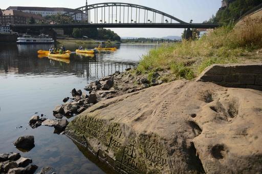 かつては不吉の前兆、川底から「飢饉(ききん)の岩」出現 チェコ