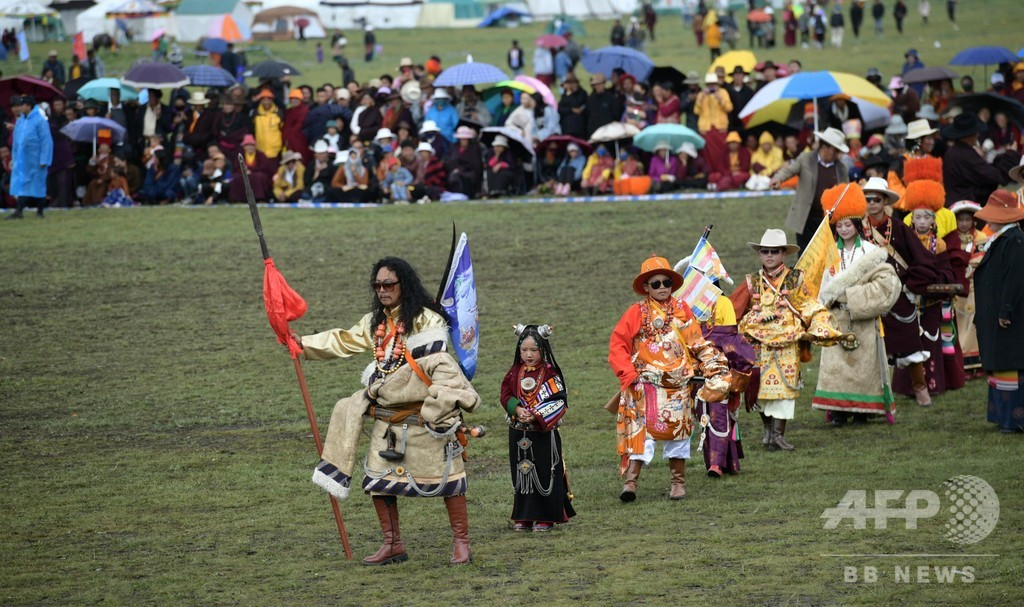 チベット族が盛装して伝統イベント楽しむ 四川・理塘