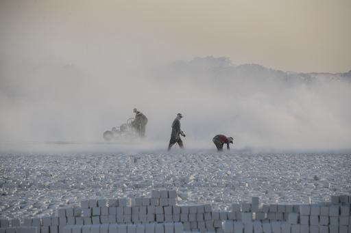 白い粉じんまみれの重労働 エジプトの石灰岩採石場