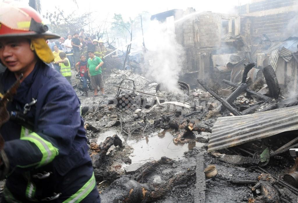 マニラのスラムに貨物輸送機墜落、火災で12人死亡