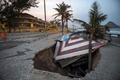 波の浸食で海岸遊歩道が崩壊、売店巻き込まれる リオ