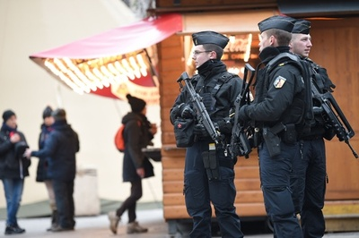 仏銃乱射、容疑者射殺から一夜明けクリスマス市再開