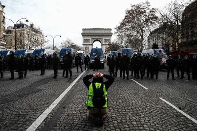 【写真特集】フランス全土に広がるデモ、「黄色いベスト」運動
