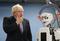 英外相、人型ロボットと対面 早稲田大学訪問で