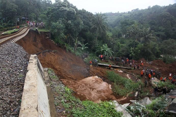 インドネシア首都圏で土砂崩れや洪水、4人死亡2人行方不明