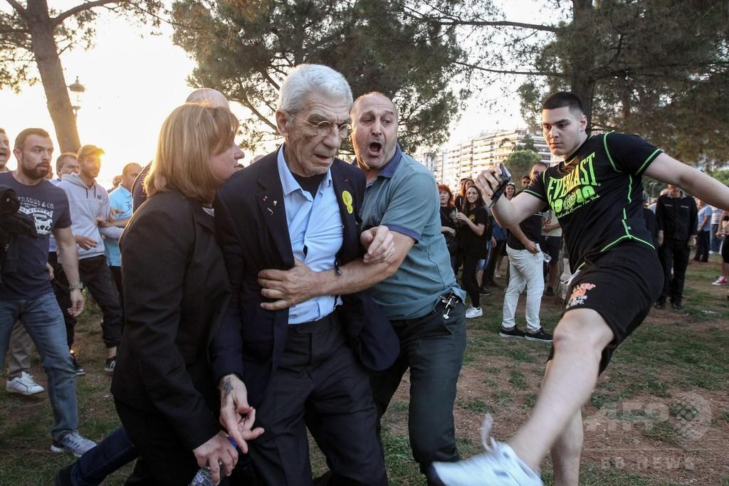 極右が集団暴行か、市長が襲われ病院搬送 ギリシャ