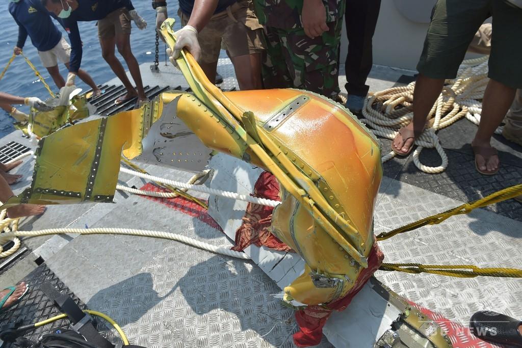 インドネシア機墜落、ブラックボックス1つ回収 着陸装置の一部も