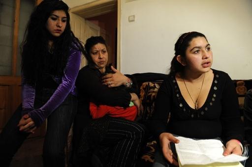 校外学習中に強制送還のロマ少女一家、コソボで襲撃される