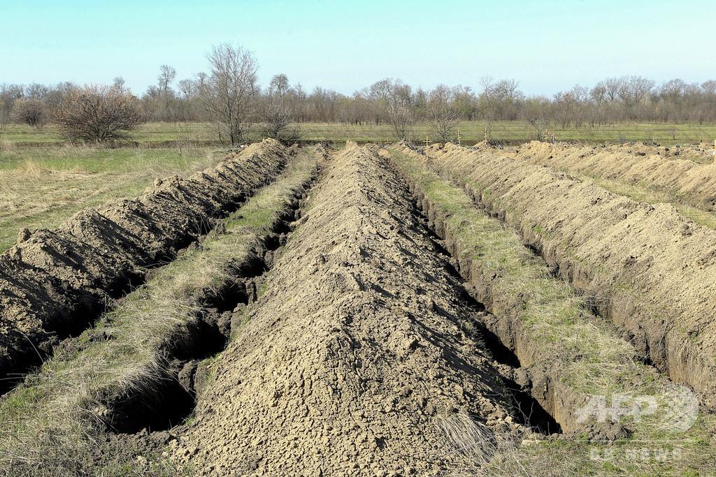 新型コロナ死者に備え墓穴600超を用意、市の対応に賛否 ウクライナ