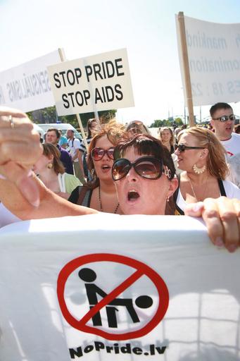 ラトビアでゲイパレード、ほのぼの賛成派に過激な反対派