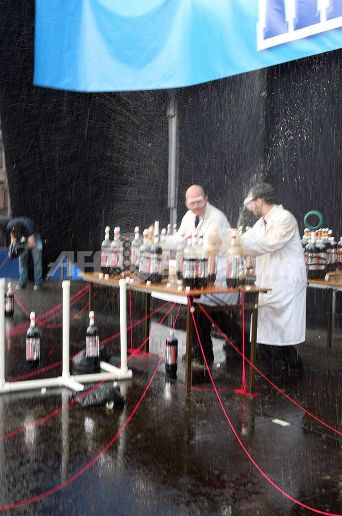 学生1500人がコーラ泡噴水「メントス・ファウンテン」の世界最多記録に挑戦