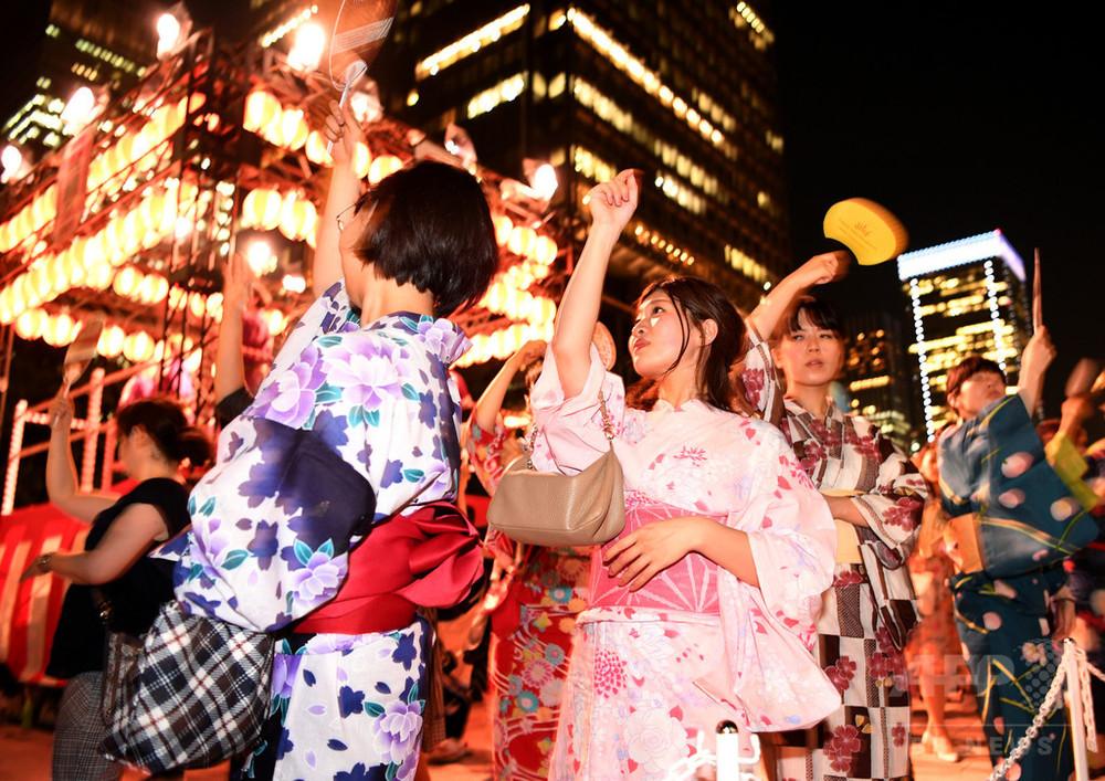 国際ニュース:AFPBB News浴衣OLのあで姿!丸の内で盆踊り大会 東京