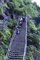 断崖絶壁の上の村、フジのはしごに代わり鉄製の階段を設置 中国・四川