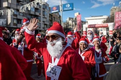 毎年恒例のサンタレース、マケドニア首都で開催