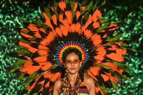植物をドレスに、コロンビアの「バイオファッション」