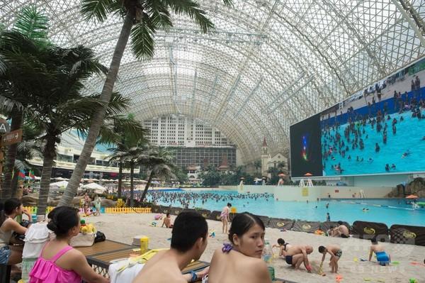 中国・成都の「超大型」屋内プール、今年も大にぎわい