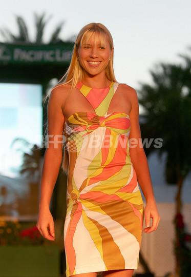 エレナ・ヤンコビッチらテニス選手がファッションショーのモデルで登場