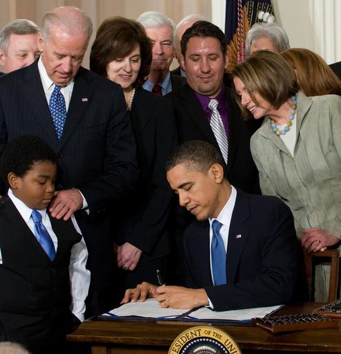 米医療保険改革法が成立、オバマ大統領が署名