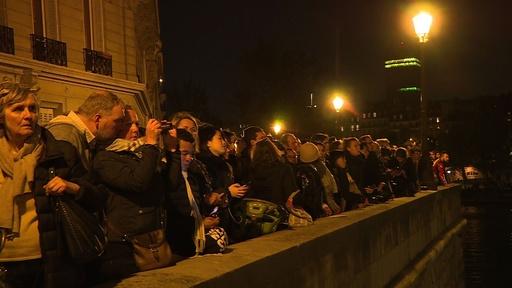 動画:夜遅くまで多くの市民ら消火活動見守る、仏ノートルダム大聖堂炎上