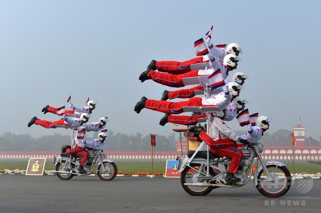 「軍隊の日」、バイクに乗ってアクロバット披露 インド