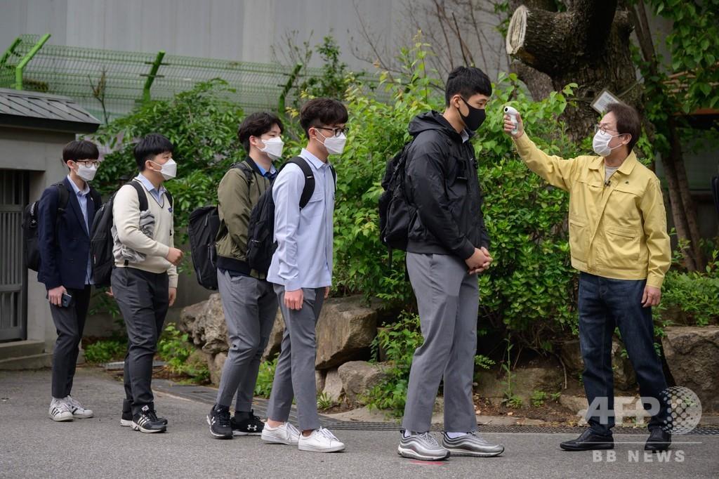 韓国で学校再開、高校3年生が2か月超ぶりに登校