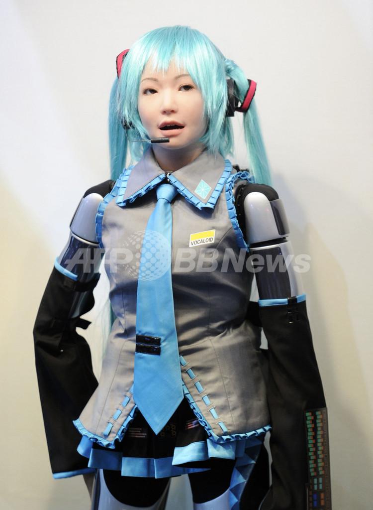 女性型ロボットが歌声披露、音声合成技術を搭載 シーテック
