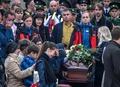 クリミア、学校銃乱射で犠牲者の葬儀 ひつぎにすがりつく級友の姿も