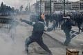 マケドニア国名変更、ギリシャで数万人がデモ 警察と衝突も