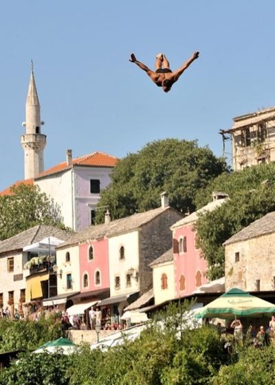 華麗なフォームでジャンプ! ボスニアで伝統の高飛び込み大会