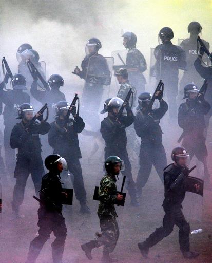 警察機動隊員が暴動鎮圧のワザを披露、中国・重慶