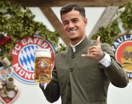 バイエルン選手が「オクトーバーフェスト」参加、伝統衣装でビール楽しむ