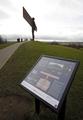 丘の上から街を見守る鋼鉄の天使、翼幅54メートル