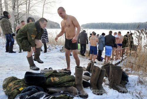 国際ニュース:AFPBB News特殊部隊員も真冬の沐浴、ベラルーシ