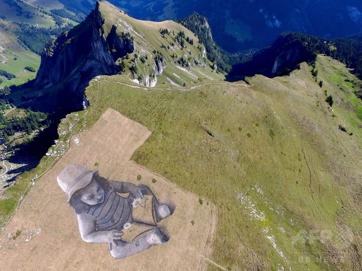 スイスの山に巨大アート出現、画材は600リットルの小麦粉や乳たんぱく