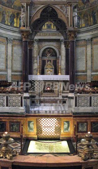 聖パウロのものとされる墓から骨の破片、ローマ法王