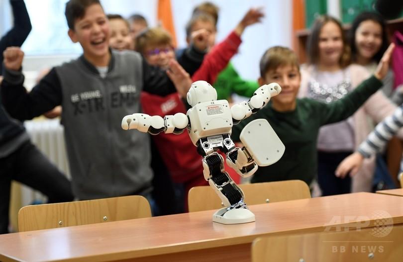 「おしゃべりロボット」で小学生に安全講習、ハンガリー警察が導入
