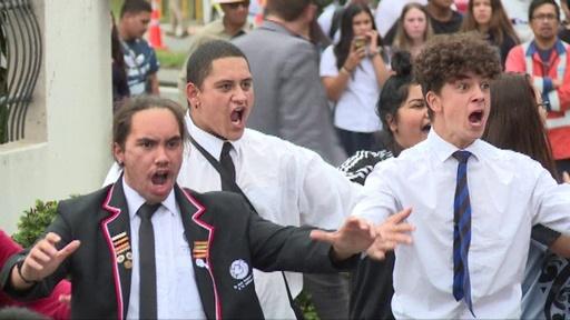 動画:NZモスク銃乱射事件、高校生らが先住民マオリ伝統の舞「ハカ」で犠牲者追悼