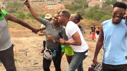 動画:ナイジェリアでハイキングブーム、リズムに乗りながら山を登る若者たち