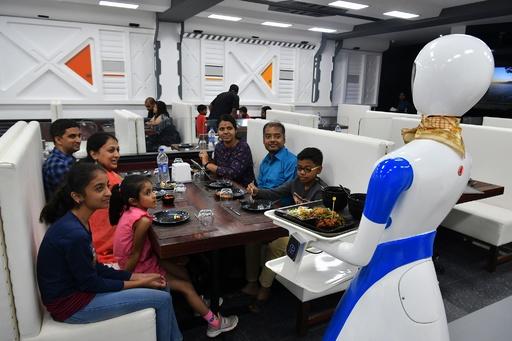 「ロボット」レストラン開店、案内も食事の提供もお任せ インド