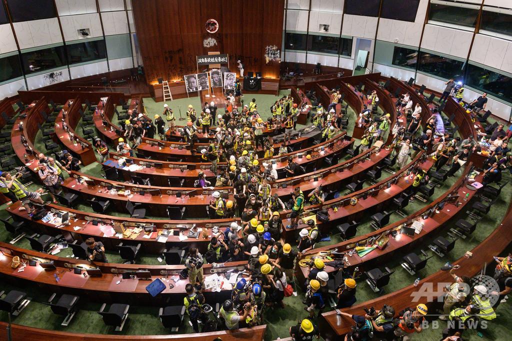 香港行政長官、デモ隊の「暴力行使」批判 議会突入で