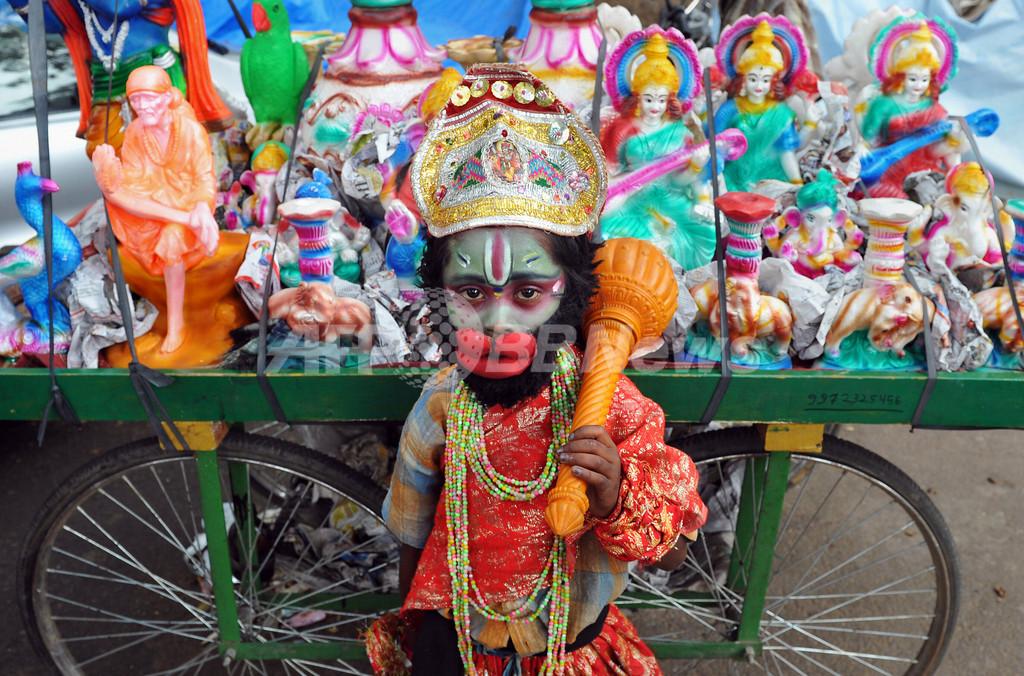 ヒンズー神に扮して物乞いする少年、インド