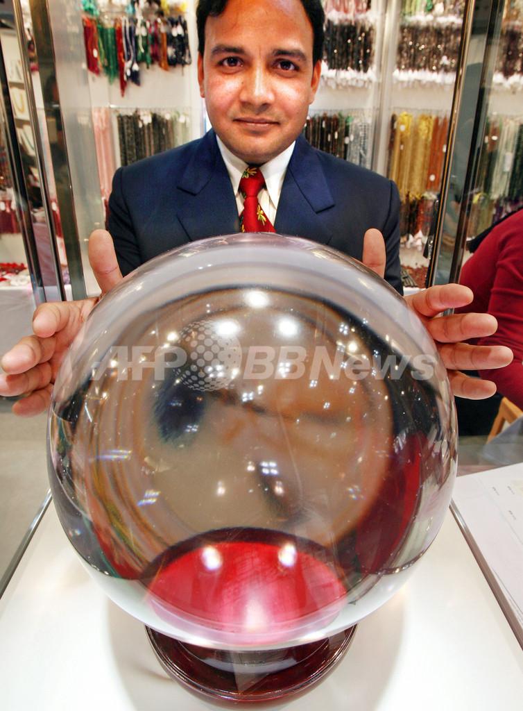 5億円、世界最大の水晶玉 - 東京
