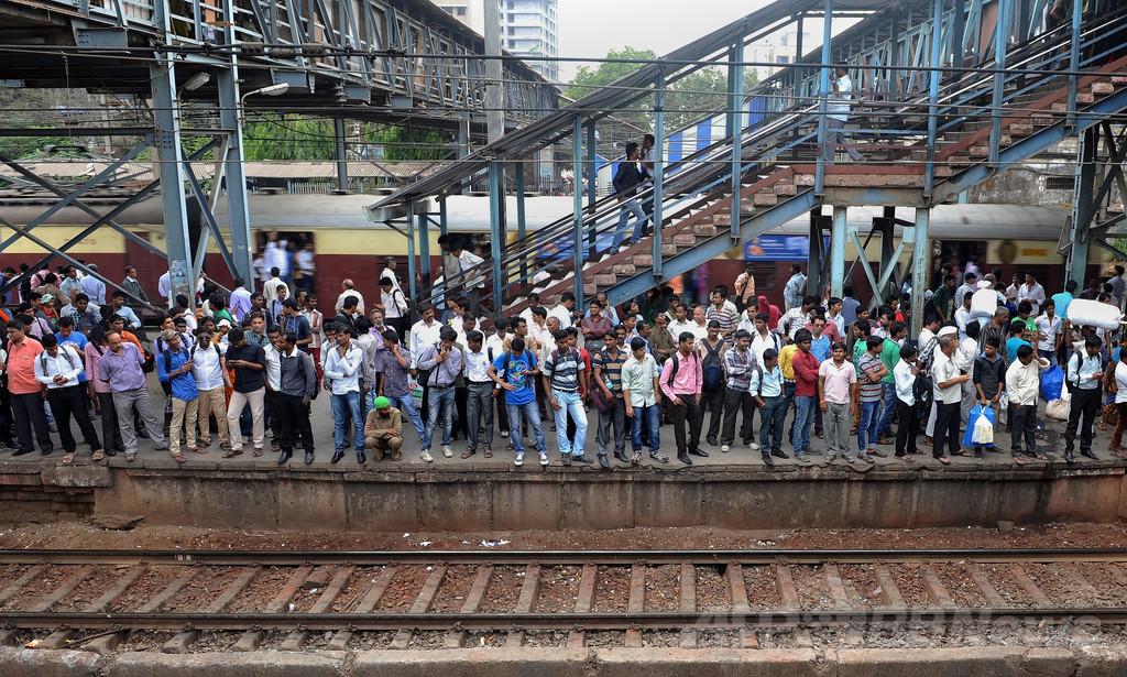 印ムンバイの鉄道、年間死者3500人 改善進まず