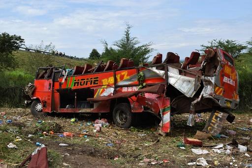 ケニアでバス横転事故、少なくとも50人死亡 屋根はがれ大破