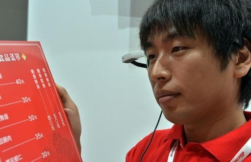 NTTドコモ「翻訳メガネ」を発表、外国語のメニューも克服