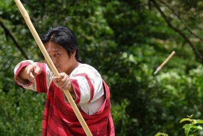 台湾伝統の弓矢をもう一度、先住民の男性が再現