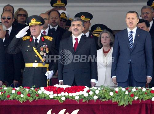 トルコ初のイスラム系大統領夫人、軍の式典に招かれず