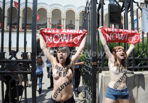 FEMENがアラブ初のトップレス抗議、チュニジア