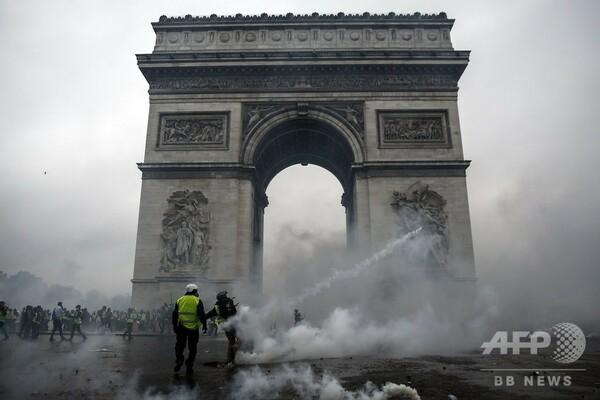 仏政府、燃料税引き上げ延期を発表へ 抗議デモ広がりを受け